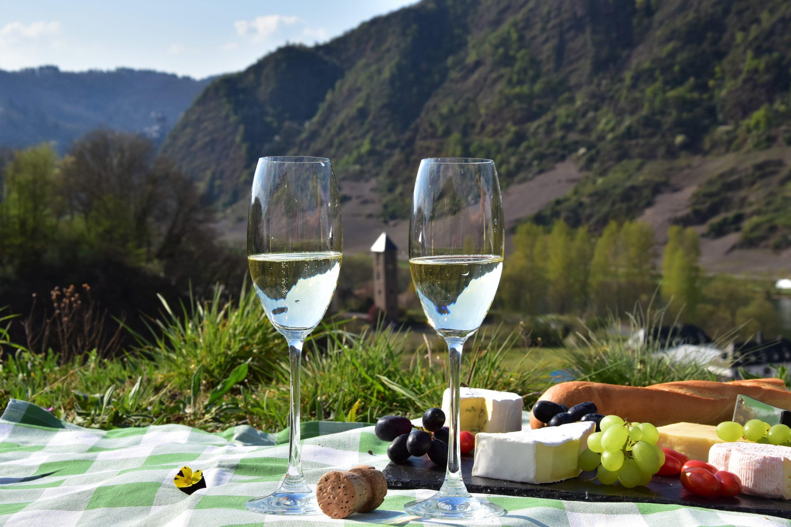 Picknick mit Sekt in den Weinbergen über dem Kloster Ebernach