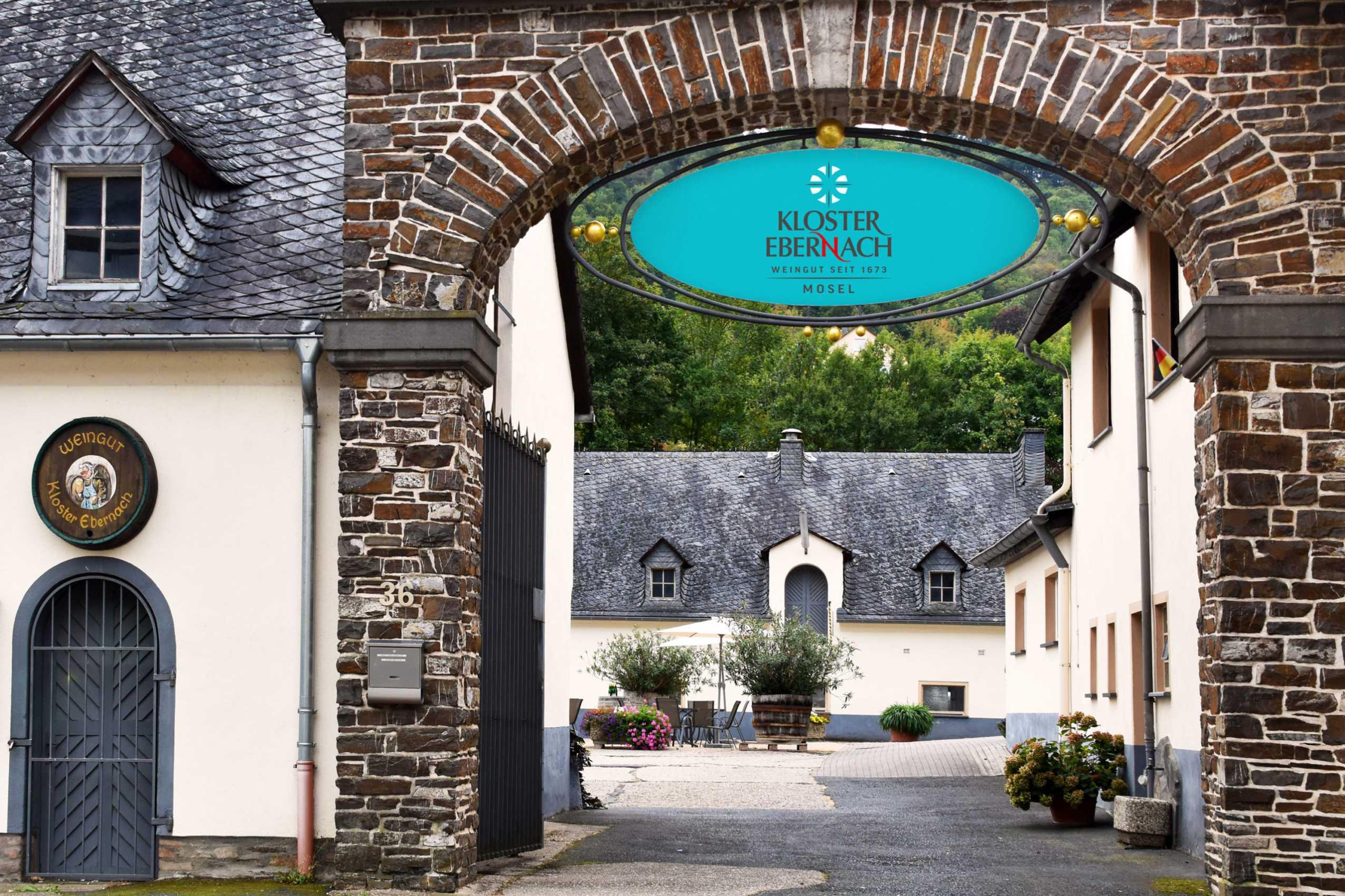 Torbogen zum Weingut Kloster Ebernach